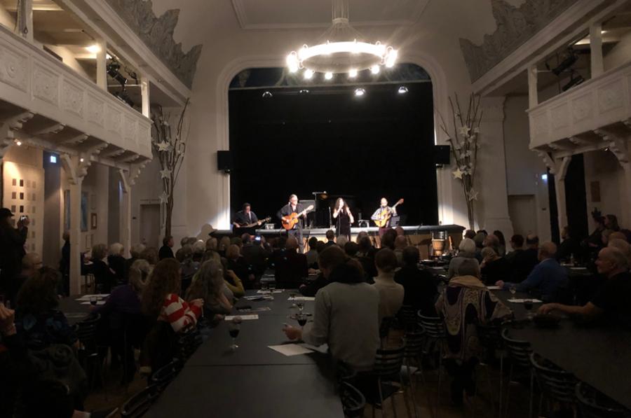 På scenen står Odin teatrets husorkester og spiller musik.